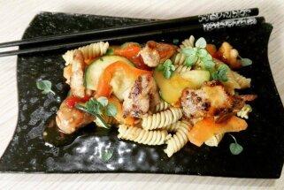 Makaronu salāti ar vistu un dārzeņiem ķīniešu gaumē