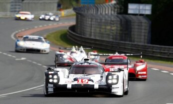 'Porsche' izcīnījusi uzvaru prestižajās Lemānas diennakts sacīkstēs