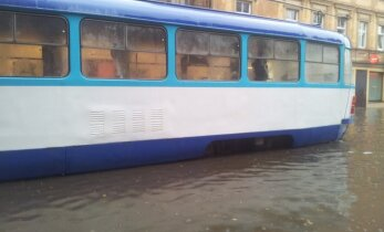 Lietusgāžu dēļ sabiedriskais transports Rīgā kavējas pat 40 minūtes