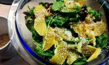 Ātrie lapu salāti ar apelsīnu-sinepju mērci un sezama sēkliņām