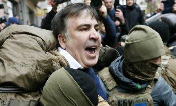 Video: Izvairoties no aizturēšanas, Saakašvili draud nolēkt no jumta