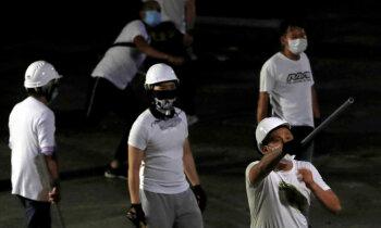 Šausmas Honkongā: Ķīnas valdību atbalstoši gangsteri uzbrūk protestētājiem