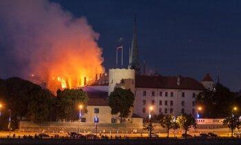 Rīgas pils ugunsgrēkā vainojami nedroši būvdarbi; policijai trīs aizdomās turamie