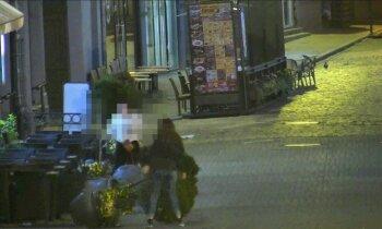 Par podu gāšanu Vecrīgā divas britu tūristes katra saņem 100 eiro sodu