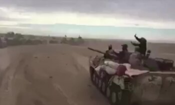 Video: Putekļu apņemti irākieši tuksnesī dzenā pēdējās 'Daesh' paliekas