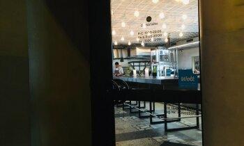 ФОТО. Вечерняя Рига на локдауне: пустые рестораны и кафе, где еще неделю назад кипела жизнь