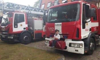 Glābēja tērpā pat uz dārziņu: mazais ugunsdzēsēju fans Emīls