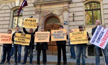 Foto: Pussimts taksometru vadītāji piketē pie Saeimas