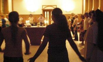 Dejas meditācija klosterī ar klostera māsām? Lūgšana dejā mulsina un iedvesmo vienlaicīgi