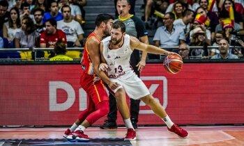 Latvijas basketbolisti pēc centīgas pakaļdzīšanās dramatiski piekāpjas Spānijai
