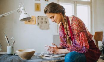 Latgales brīnumdare Sintija Logina: iespiežot pirkstu mālā, nospiedums paliks mūžam