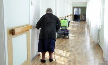 Riskanta tendence – ceļojumu laikā radinieki seniorus ieliek slimnīcā, atklāj ārsti