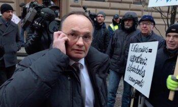 Video: Pimenovs strīdā ar piketētājiem notēlo 'svarīgu telefona zvanu'