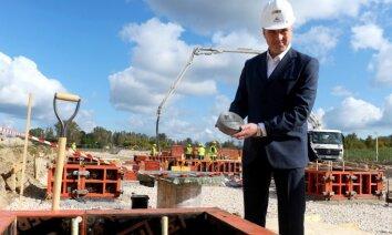 Ar svarīgu Latvijas hokeja cilvēku līdzdalību ielikts jaunās 'Kurbads' halles pamatakmens