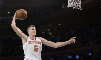 Video: Porziņģis 'izrēķinās' ar 'Knicks' fanu, kuram tā nepatika viņa draftēšana
