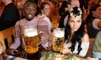Useins Bolts ar draudzeni izbauda 'Oktoberfest' priekus