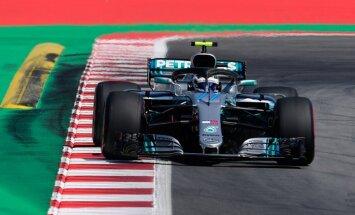 'Mercedes' piloti ātrākie F-1 treniņbraucienu pirmajās sesijās Spānijā