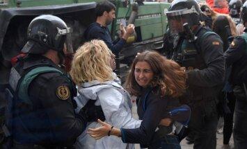 Foto: Katalonijas referendums pārvēršas haosā; lietā tiek likti steki un gumijas lodes
