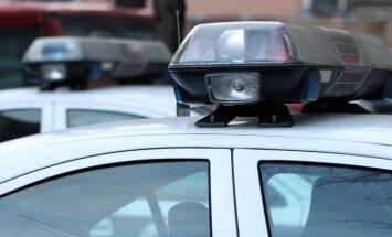 BMW vadītājs 'bez tiesībām' ceļu policistam piedāvā brangu kukuli