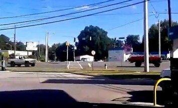 Video: Konfederātu parādē saskrienas divi lieli pikapi