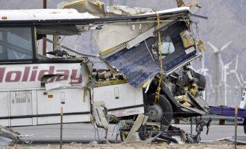 Autobusa un kravas automašīnas sadursmē ASV 13 bojāgājušie