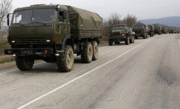 Krievijas karavīri pāriet Krimas robežu un mīnē lauku pie Čonharas ciema