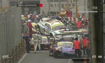 Video: Masveida avārijā FIA GT sacīkstēs saduras 12 spēkrati