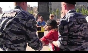 Maskavā policija aiztur vairākus Ukrainas karoga krāsās tērptus aktīvistus