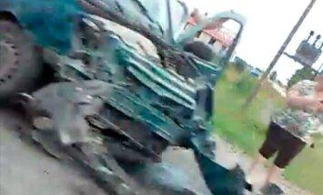 Video: uz autoceļa Jelgava-Tukums saskrienas divi auto