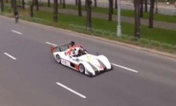 Karlīne Štāla ar sporta auto uz Brīvības ielas