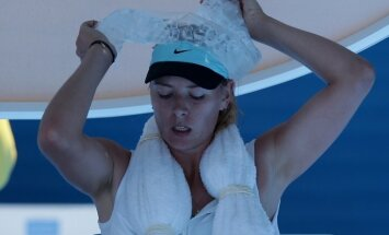Šarapova maratonmačā lielā svelmē iekļūst 'Australian Open' trešajā kārtā