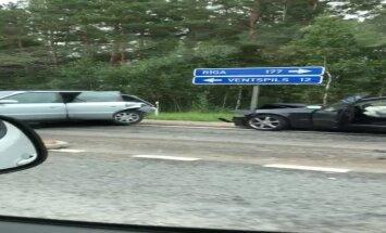 Video: Uz šosejas Ventspils-Rīga saskrējušās trīs automašīnas