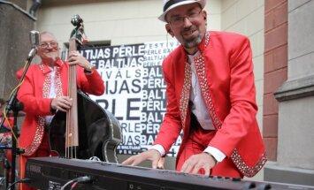 Foto: Izsmalcinātā gaisotnē atklāts kinofestivāls 'Baltijas pērle'