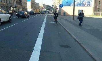 Video: Naktī uz Brīvības ielas slepeni uzzīmēta velojosla