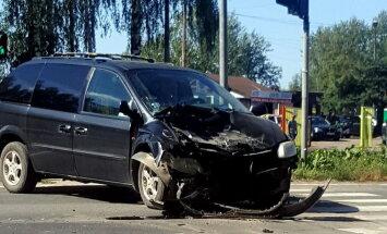 Foto: Divu auto avārijā Maskavas ielā divi cietušie