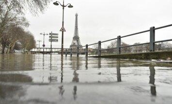 Foto no Parīzes: Gleznainā Sēna izgājusi no krastiem