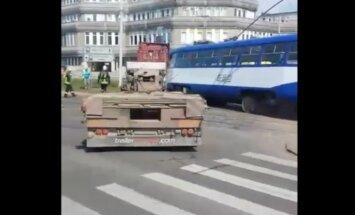 ВИДЕО: В Риге трамвай врезался в прицеп грузовика; движение затруднено