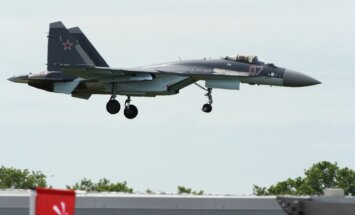 Krievija Parīzes aviācijas izstādē pirmo reizi atrāda iespaidīgo iznīcinātāju 'Sukhoi Su-35'