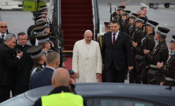 Foto: Pāvests Francisks sāk vizīti Latvijā un uzrunā nāciju