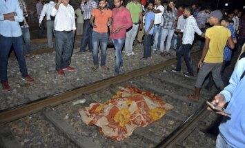 Indijā vilciens nobrauc vairāk nekā 50 cilvēkus