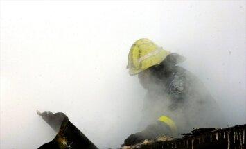 13 ugunsdzēsēju ekipāžas Mīlgrāvī cīnās ar liesmām; satiksme slēgta