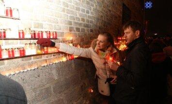 Lāčplēša dienas svecītes pie Rīgas pils: metāla paliktņi karstumā salīkuši; meklēs jaunus risinājumus
