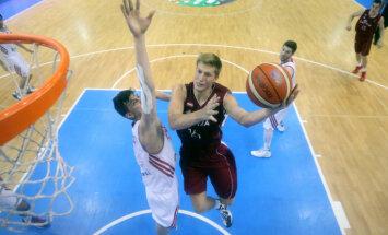 Latvijas U-20 basketbolisti pagarinājumā uzvar Lietuvu un cīnīsies par EČ piekto vietu
