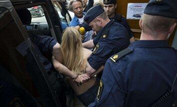 'Femen' aktīvistes Stokholmas mošejā atkailina ķermeņa augšdaļu