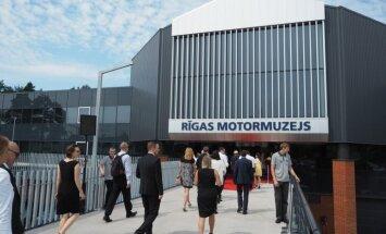 Foto: Leģendāri autiņi un moderna vide – atklāts rekonstruētais Rīgas Motormuzejs