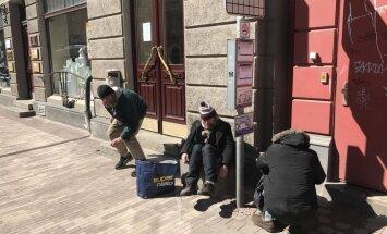 Foto: Vīrietis uz Barona ielas iesprūst atkritumu urnā