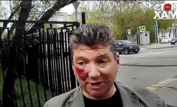 Video: Maskavas deputāts dabū pa seju no aktīvistiem par braukšanu pa trotuāru