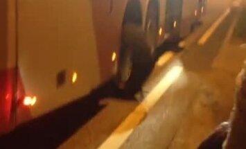 Video: Autobusam Salaspilī pārsprāgst riepa