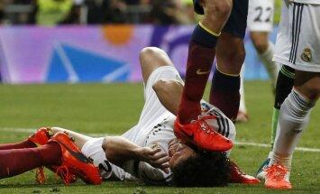 Video: klasiskais 'el Clasico' – futbolisti kāpj viens otram uz sejas