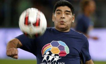 ВИДЕО: Диего Марадона появился в телеэфире в серьгах и с помадой на губах
